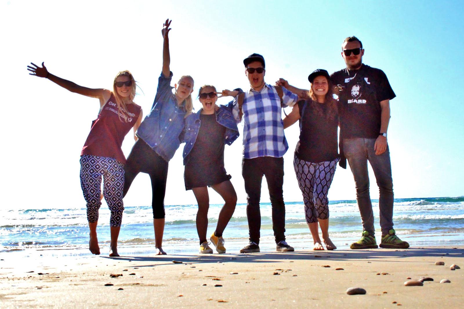 Ungdommer på teamtur med return2sender, stående på strand i Israel