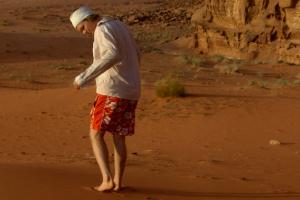 Person gående i ørken barbeint